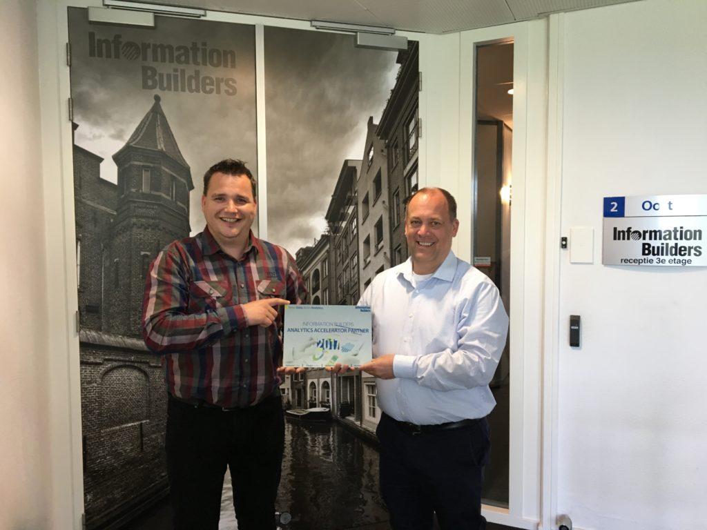 Daniël Sanders en Martijn Möllman maken de samenwerking tussen Plainwater en Information Builders officieel