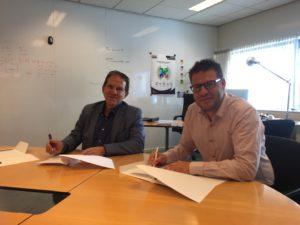 Nieuws: Met de ondertekening van het convenant bekrachtigen Bastiaan Sanders en Ad Vissers de samenwerking tussen Plainwater en Fontys Hogeschool ICT